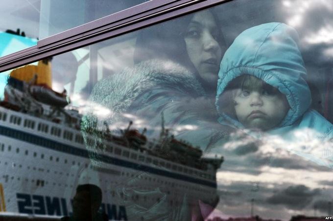 مهاجرة مع طفلها