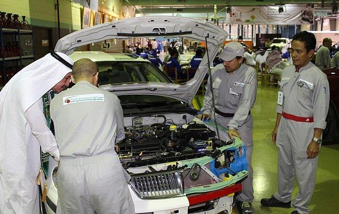 شبان سعوديون يصممون سيارة كهربائية