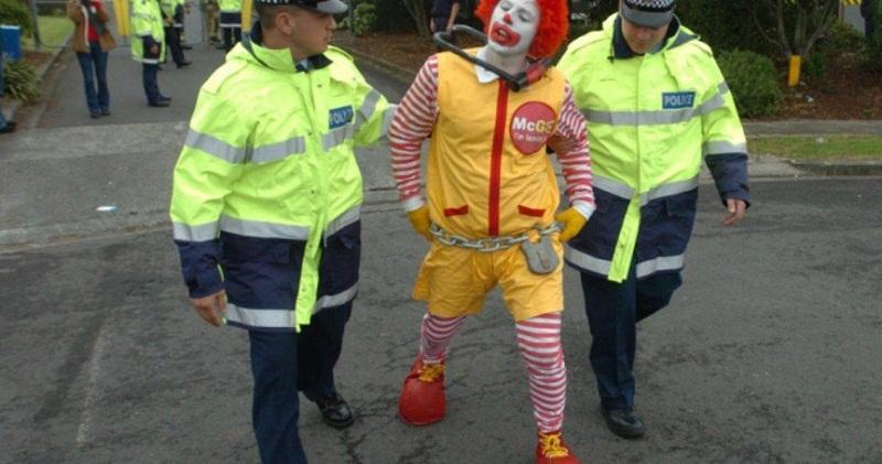 شرطة تعتقل مهرج