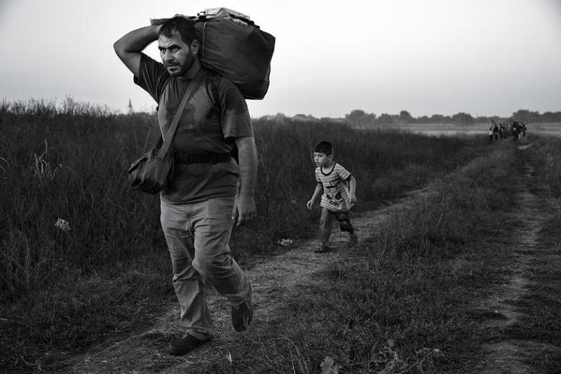لاجئ وابنه