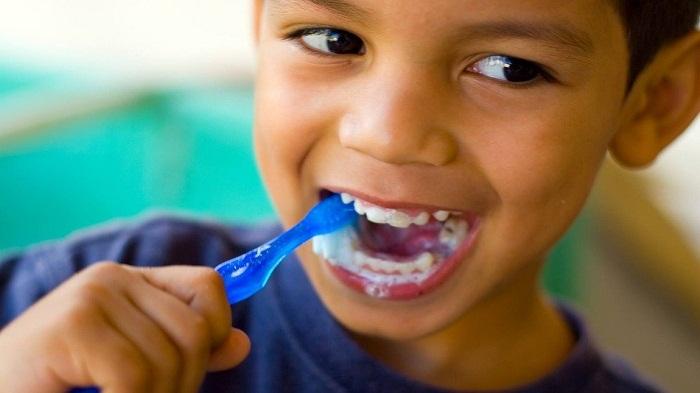 البول لتنظيف الأسنان