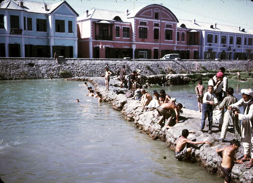 السباحة في نهر كابل