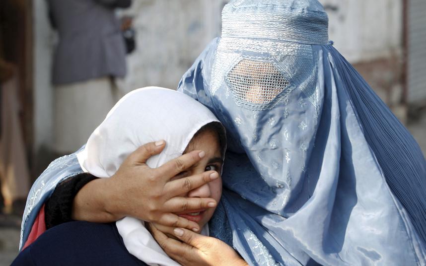 امرأة أفغانية وابنتها