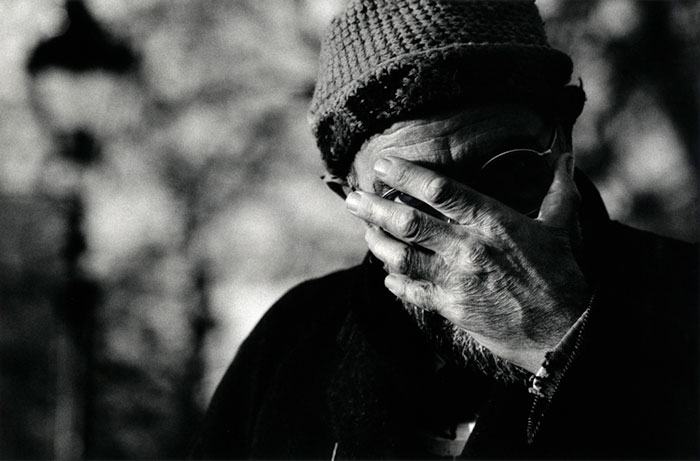 رجل يغطي وجهه