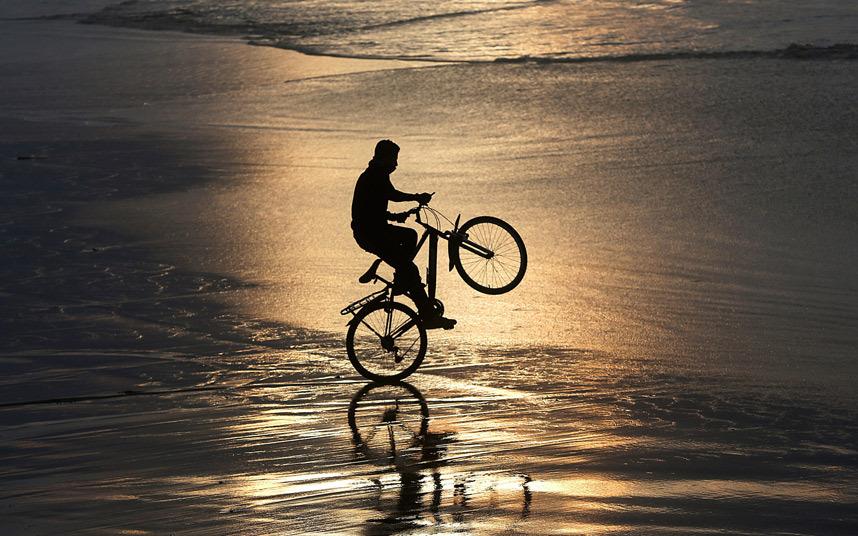 صبي يركب دراجة