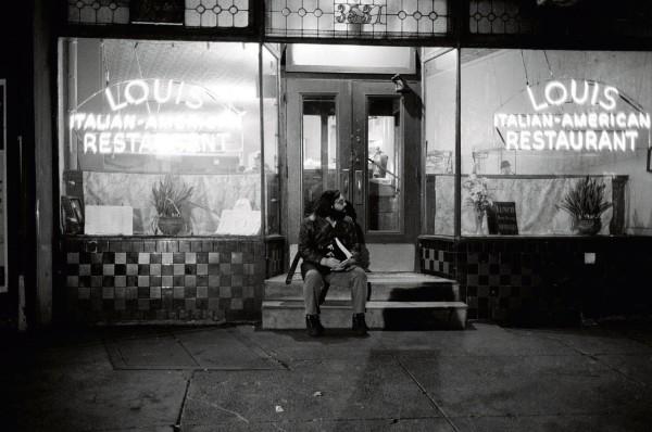 كوبولا يجلس أمام مطعم