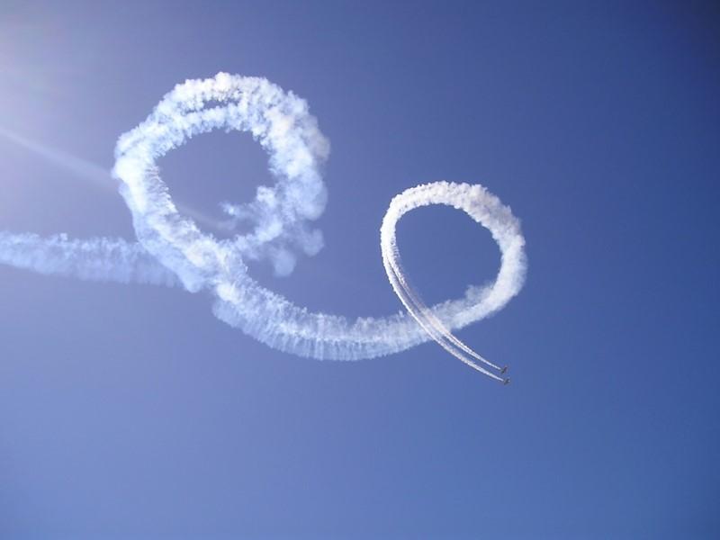 خطوط ومسارات الطائرات في الجو