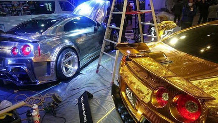 زخرفات ذهبية على السيارات