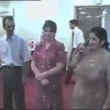 مرأة تمسك الميكرفون بشكل خاطئ