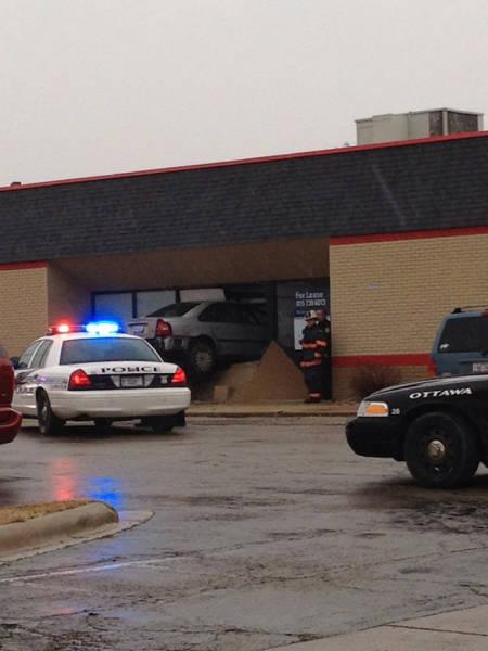 اصطدام سيارة بنافذة