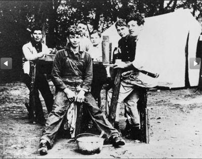 دوايت ايزنهاور، هو وأصدقائه، عمره 17 سنة، الصورة عام 1907م.