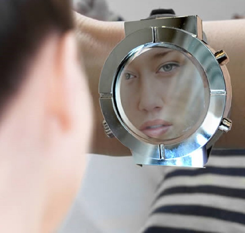 ساعة المرآة المغرورة
