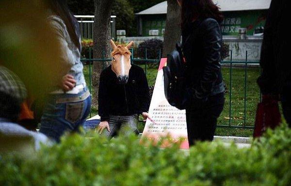 صيني يتنكر كحصان
