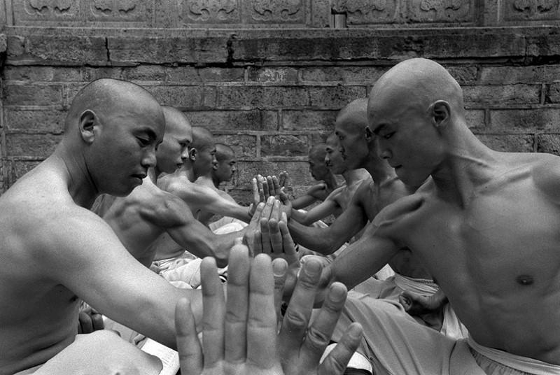 الرهبان في معبد شاولين البوذي