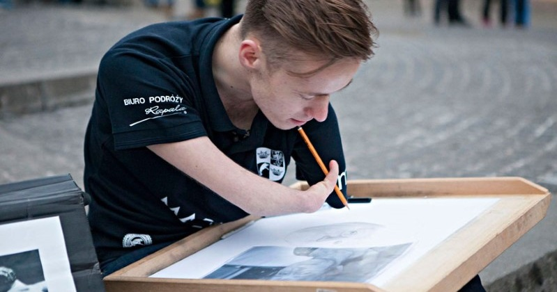 Artist Does Not Let Hs Disability Stand in His Way