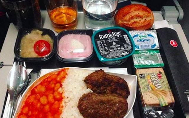 صور : الفرق بين وجبات الطعام في الدرجة الأولى والدرجة السياحية