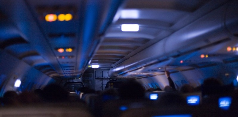 planes dim their lights when landing