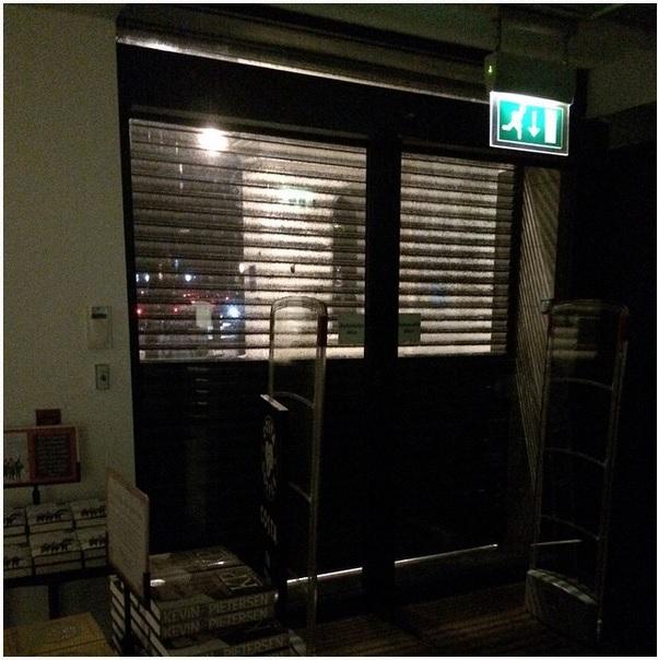 باب مكتبة مغلق