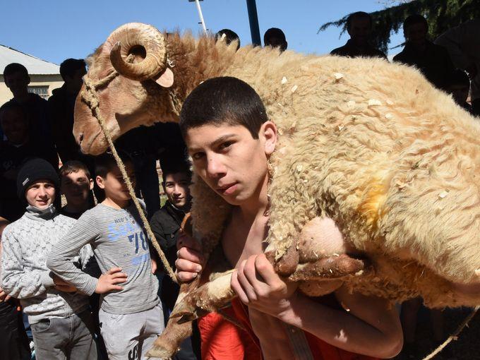 صبي يحمل خروف