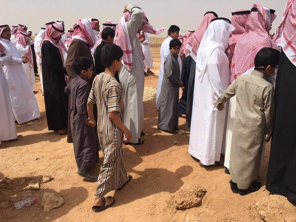 طلاب يشيعون معلمهم