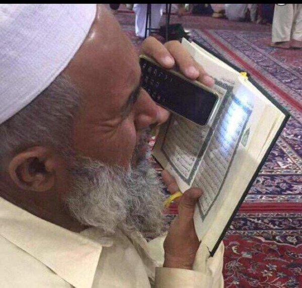 مسن يقرأ القرآن