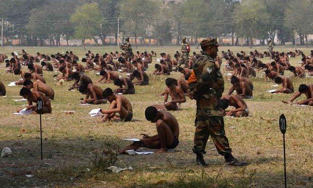 امتحانات بالملابس الداخلية في الهند لمنع الغش
