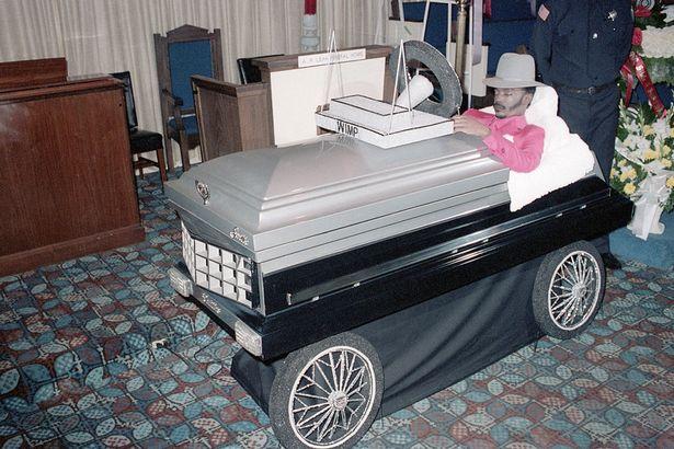 ميت في جنازته