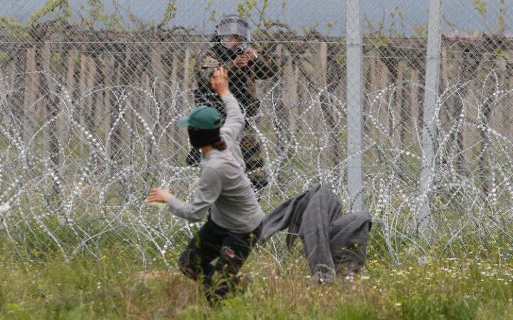 اشتباك المهاجرين مع الشرطة
