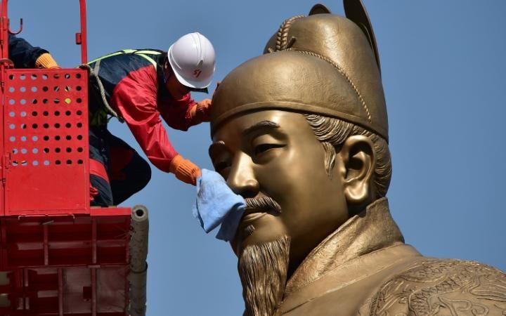 تنظيف تمثال