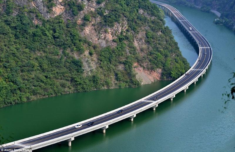جسر فوق الماء