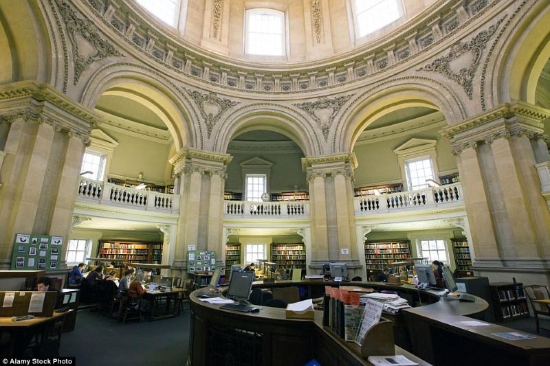 مكتبة بريطانية جميلة