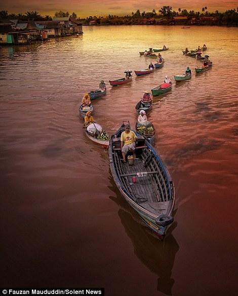 السوق العائم في إندونيسيا
