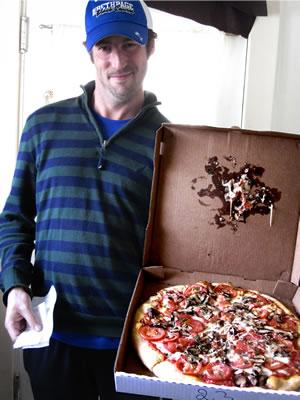القطعة البلاستيكية في البيتزا