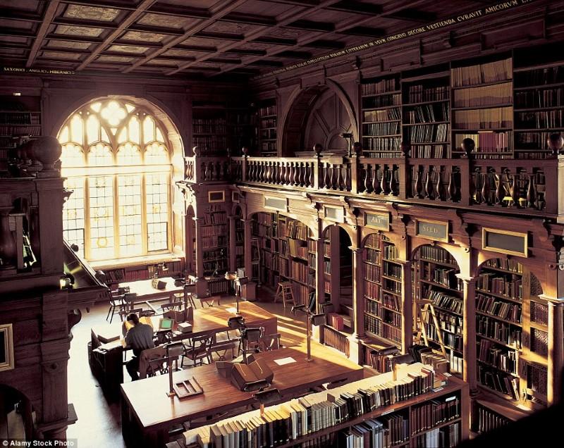 مكتبة بريطانية قديمة