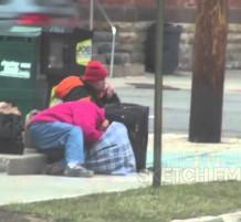 شباب يقومون بطلب البيتزا
