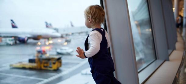 الأطفال في المطار