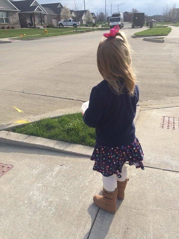 طفلة وعامل نظافة