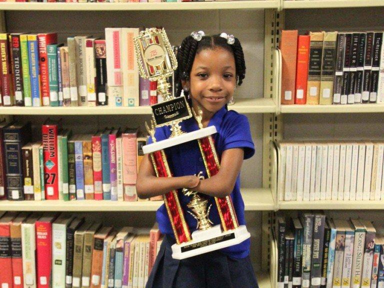 طفلة بلا يدين تفوز بمسابقة للكتابة