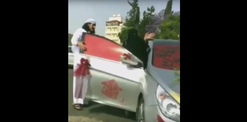 سعودي يحتفل بنجاح والدته