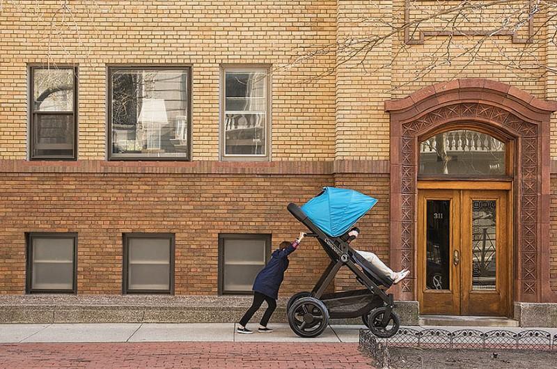 عربة أطفال للكبار