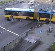 دراجة نارية تصطدم بباص