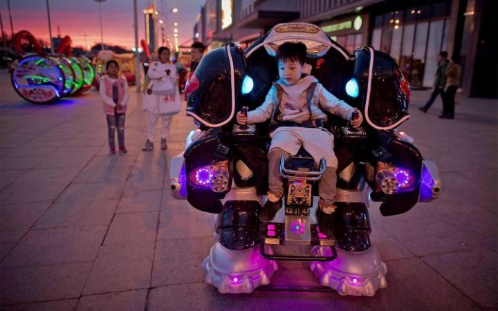 صور حول العالم : طفل يقود انسان الي في الصين