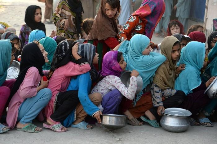 أطفال بانتظار المساعدات