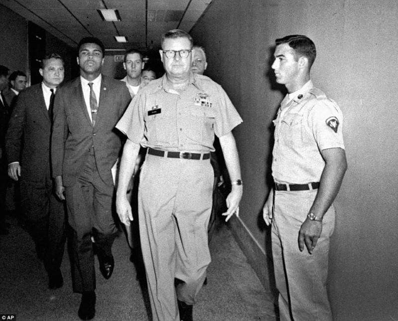 اصطحاب الملاكم علي من قبل القوات المسلحة في محطة هيوستن بعد أن رفض تحريض الجيش في أبريل 1967م