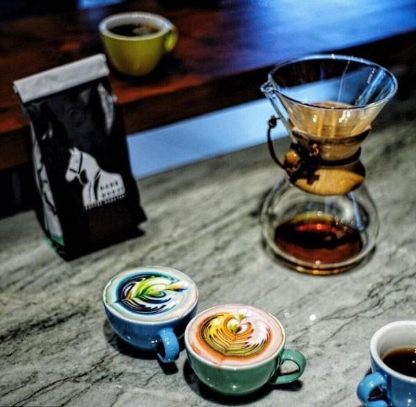 قهوة برغوة ملونة