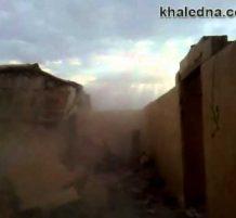 أفغاني يهدم منزل