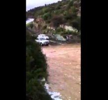 فيضان السد يجرف سيارات