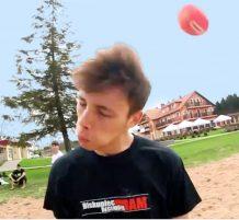 أخد ضربة كرة قوية براسه
