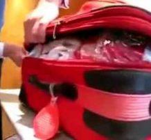 شاهد كيف تسرق محتويات حقائب السفر.. (فيديو)