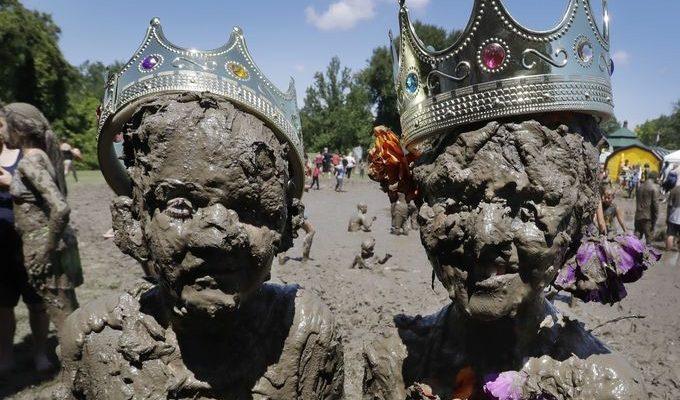 صور حول العالم: احتفالات يوم الطين السنوي في ميشيغان..